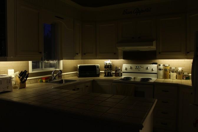 Diy bricoler soi m me un clairage au led sous les armoires de cuisine end2end zone - Lumiere sous meuble de cuisine ...